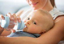 Når kan baby drikke vann