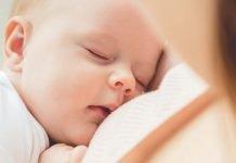 Baby sovner under amming
